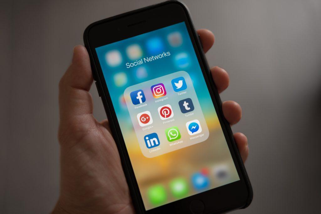 smarphone-iphone-menu-réseaux-sociaux-page-social-networks