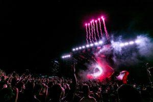 grand-événement-concert-de-nuit-avec-feu-artifice-et-foule