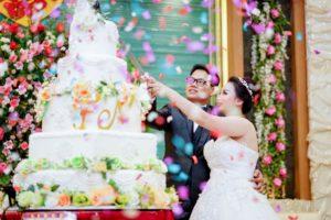 mariage-union-homme-femme-coupant-une-pièce-montée-blanche
