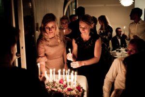 anniversaire-gâteau-avec-fleurs-et-bougies-célébration