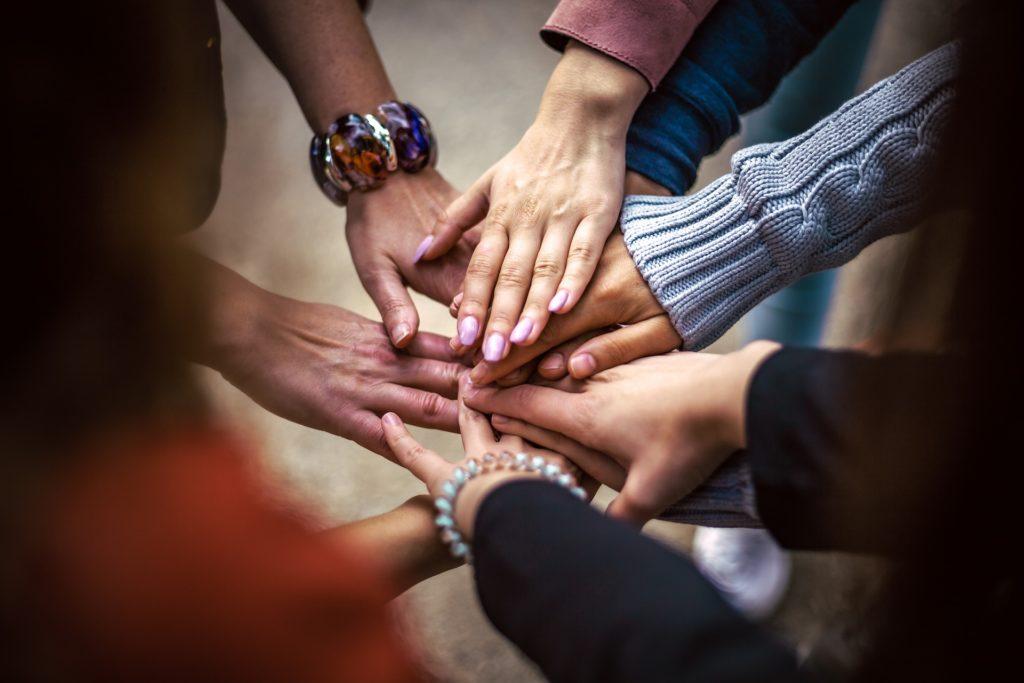 mains-équipe-tous-unis-tous-ensemble